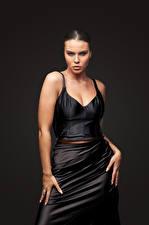 Bureaubladachtergronden Model Jurk Pose Hand Kijkt Tiziana Di Garbo jonge vrouw