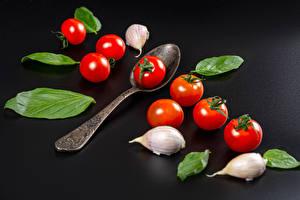 Bureaubladachtergronden Tomaten Knoflook Grijze achtergrond Een lepel Bladeren Voedsel