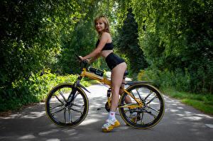 Bilder Victoria Borodinova Fahrräder Blond Mädchen Bein Starren junge Frauen