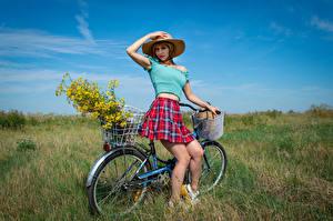 Bakgrundsbilder på skrivbordet Pose Hatt Kjol Blus Cykel Ben Blick Victoria Borodinova ung kvinna