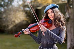 Desktop hintergrundbilder Violine Barett Blick Elle junge Frauen
