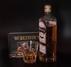 Bureaubladachtergronden Whisky Waterglas Fles Doos bushmills