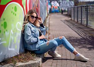 Fonds d'écran Lunettes Veste Jeans Regard fixé Wikky Filles