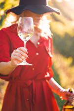 Bureaubladachtergronden Wijn Bokeh Hoed Handen Wijnglas jonge vrouw