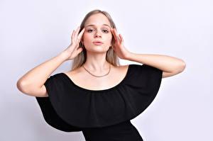 Papel de Parede Desktop Pose Vestido Mão Ver Cabelo loiro Meninas Anais Gouze mulheres jovens