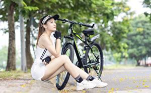 Sfondi desktop Asiatico Bicicletta Berretto da baseball Seduto Le mani Guanto Le gambe Sneakers Ragazze