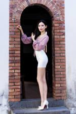 Fonds d'écran Asiatiques Jambe Talon aiguille Chemisier Arc architecture Regard fixé jeune femme