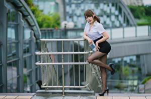 Fotos Asiatische Pose Bein Rock Bluse Starren junge Frauen