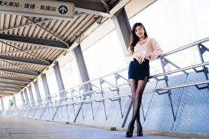 Fotos Asiaten Pose Lächeln Bein Rock Blick Bluse junge frau