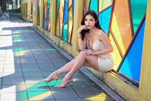 Sfondi desktop Asiatico Seduta Le gambe Vestito Sguardo Ragazze