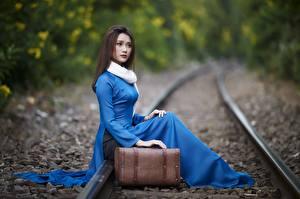 Bakgrunnsbilder Asiater Sitter Jernbaneskinner Koffert Uklar bakgrunn