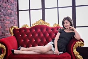 Fotos & Bilder Asiatische Sofa Kleid Lächeln Bein Blick Mädchens