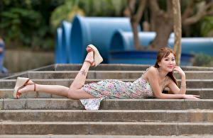 Фотографии Азиатки Лестницы Лежат Платья Смотрят молодая женщина