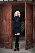 Фотография Блондинка Открытая дверь Платья Бейсболка Ноги Взгляд Aurora