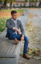 Bureaubladachtergronden Herfst Mannen Een blad Tuinbank Zitten Handen Benen Spijkerbroek Poseren