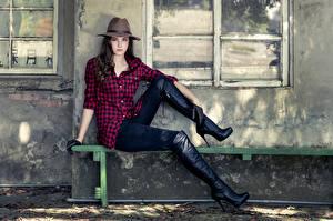 Desktop hintergrundbilder Bank (Möbel) Der Hut Sitzt Hemd Hand Bein Stiefel junge Frauen