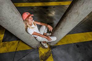 Sfondi desktop Ragazza bionda Seduto In posa Cappello da baseball Sorriso Sguardo giovani donne