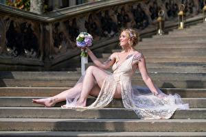 Fotos Blumensträuße Treppe Sitzend Kleid Bein Lächeln Blond Mädchen Sarah Mädchens