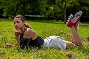 Tapety Trawa Leży Nogi Spódnica Spojrzenie Celine Dziewczyny zdjęcia zdjęcie