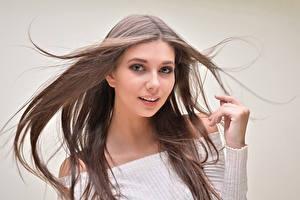 Fonds d'écran Arrière-plan coloré Aux cheveux bruns Cheveux Voir Main jeunes femmes