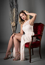 Papel de Parede Desktop Cabelo loiro Meninas Cadeiras Sentada Vestido Pernas Ver Posando Ella jovem mulher