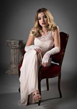 Desktop hintergrundbilder Stühle Blond Mädchen Sitzen Kleid Starren Ella junge Frauen