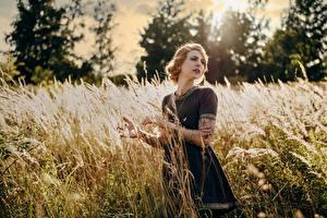 Fotos Felder Model Kleid Hand Piercing Julia Kruse Mädchens