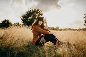 Hintergrundbilder Felder Model Sitzen Sweatshirt Baseballcap Blick Unscharfer Hintergrund Virginia Hinz junge Frauen