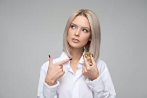 Fonds d'écran Doigts Bitcoin Blondeur Fille Fond gris jeunes femmes
