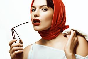 Fonds d'écran Doigts Fond blanc Lunettes Regard fixé Lèvres rouges jeunes femmes