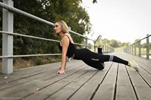 Bilder Fitness Brücke Posiert Uniform Bein Turnschuh junge Frauen