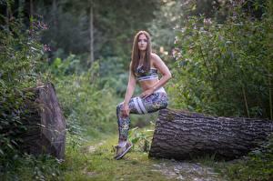 Papel de Parede Desktop De Fitness Grama O tronco Cabelo castanho Sentados Uniforme Mão Pernas Julia-Pia jovem mulher