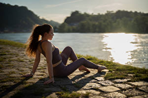 Sfondi desktop Fitness Seduta Uniforme Braccia Le gambe Erba Bokeh Katja ragazza