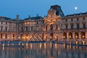 Bureaubladachtergronden Frankrijk Huizen Avond Musea Straatverlichting Louvre Museum een stad