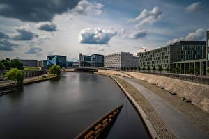 Bakgrunnsbilder Tyskland Berlin Elver Elv Bygninger Waterfront Skyer Spree river