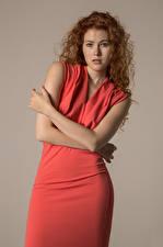 Fonds d'écran Heidi Romanova Boucles Posant Main Les robes Regard fixé Filles