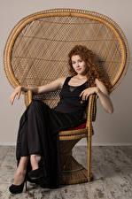 Sfondi desktop Heidi Romanova Capelli ricci Donna rossa Poltrona Sedute Abito Sguardo giovane donna