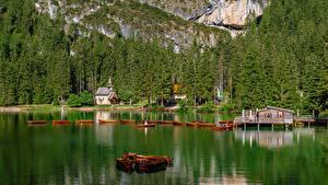 bilder Italia Fjell Innsjø Små båter Kirke Lake Braies Natur bilder skrivebordsbakgrunn