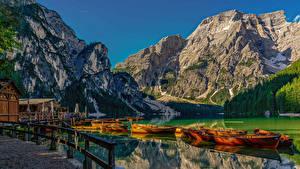 Papéis de parede Itália Montanhas Lago Atracadouros Barcos Alpes Lake Braies Naturaleza imagens