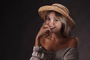 Desktop hintergrundbilder Lächeln Der Hut Blick Dunkelbraun Jolie junge frau