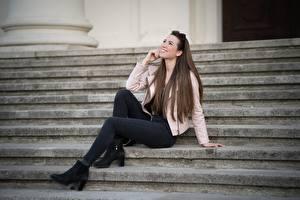 Fonds d'écran Escalier Aux cheveux bruns S'asseyant Sourire Veste Jambe Jeans Julia Filles images