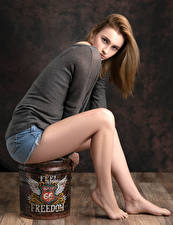 Tapety Poza Siedzi Nogi Spodenki Sweter Spojrzenie Kendra Dziewczyny zdjęcia zdjęcie