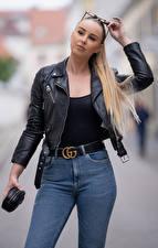 Fonds d'écran Arrière-plan flou Blondeur Fille Lunettes Main Jeans Veste Voir Laura jeune femme