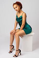 Papel de Parede Desktop Posando Sentados Pernas Vestido Ver Negros Leisha mulheres jovens