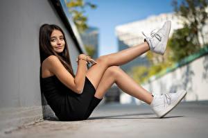 Fonds d'écran Posant Assise Jambe Chaussures Regard fixé Arrière-plan flou Louane jeune femme