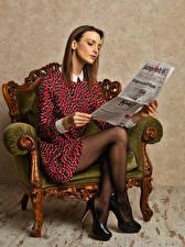 Papéis de parede Modelo Poltrona Sentados Está lendo Jornal Vestido Pernas Calçados Meninas imagens