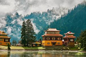 Fonds d'écran Montagnes Lac Temple Chine Brouillard Arbres Kuoka Temple, Western Sichuan, Kuoka Lake Nature