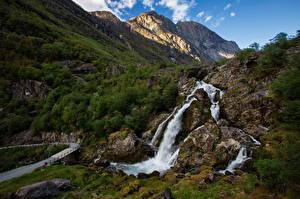 Papel de Parede Desktop Noruega Montanha Cachoeira Penhasco Briksdalen Naturaleza