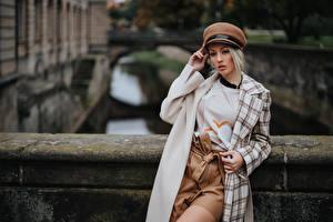 Bakgrundsbilder på skrivbordet Blond tjej Poserar Lång rock Suddig bakgrund Hatt Olya Alessandra ung kvinna
