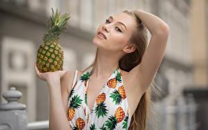 Fonds d'écran Ananas Main Aux cheveux bruns Regard fixé Arrière-plan flou Angelika jeunes femmes